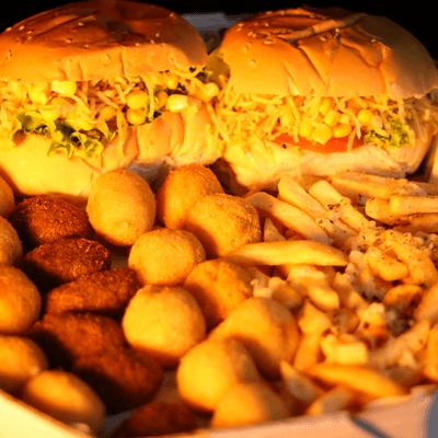 02 Hambúrgueres + Porção de Batata Frita + Poção de Salgadinho + 01 Refrigerante 600ml