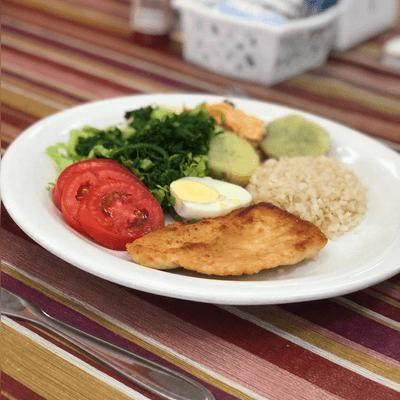 Arroz integral, feijão,  purê, salada, frango grelhado.