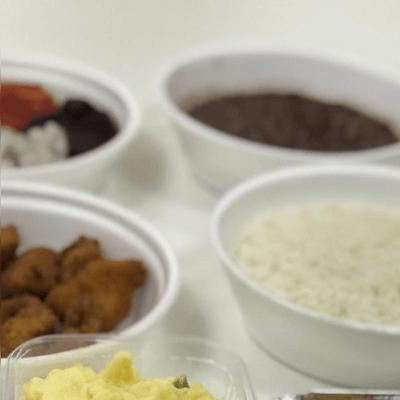 Refeição para duas pessoas (arroz, feijão, legumes e carne) vem cada item separado