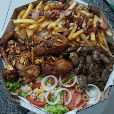 Frango a Passarinho, Coraçãozinho, Fritas com Calabresa, Bacon e Saladinha.