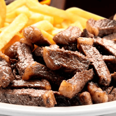 Contra Filé ao Alho com Fritas, Queijo e Bacon