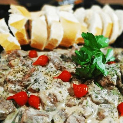 MAVERICK (Cubos de filé mignon ao molho de gorgonzola)